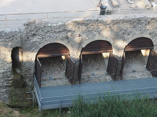 Ercolano, إيطاليا: Boat sheds with skeletons