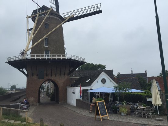 De Wijkse Graanschuur: Lunchcafe de Graanschuur next to the historic windmill