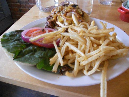 Salem, Oregón: Killer hamburger and fries.