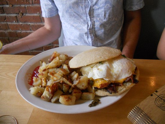 Salem, Oregón: Hamburger with egg easy over, and hashbrowns. YUM