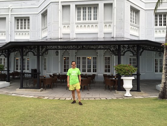 Eastern & Oriental Hotel: the lovely facade of the heritage E&O hotel -the open areas and the sea facing value are well wo