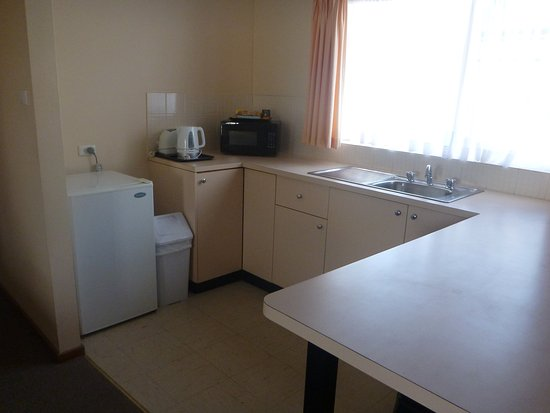 Hay, Αυστραλία: Kitchen area, note there is no oven/stove but there is a small microwave.