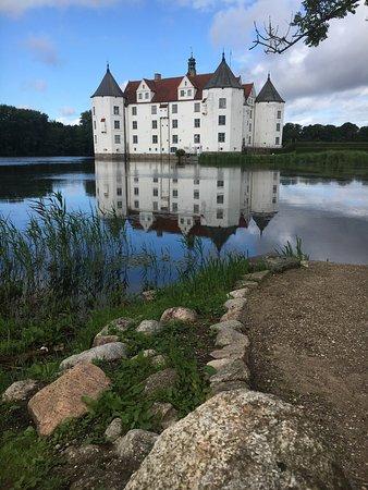 Hotel am Wasserschloss: Schloß Glücksburg - directly opposite hotel