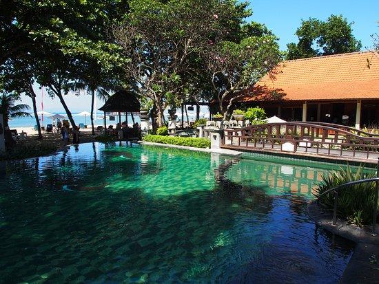 Besakih Beach Hotel: La piscine et la mer juste devant.....