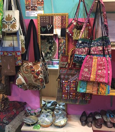 Batu Ferringhi, Malesia: RazKashmir Crafts