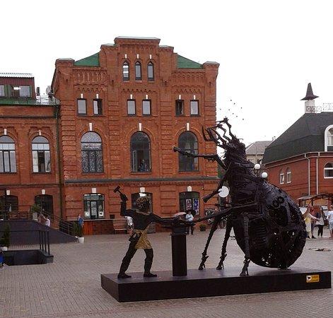 Скульптура Левша подковывает блоху