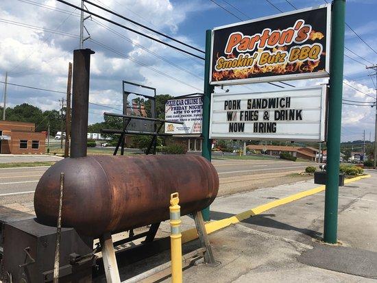 Seymour, Tennessee: Smoker at Parton's