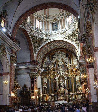 Aspe, Espanha: Detalle del cruce con cúpula de las naves laterales y nave central con Altar Mayor al fondo.