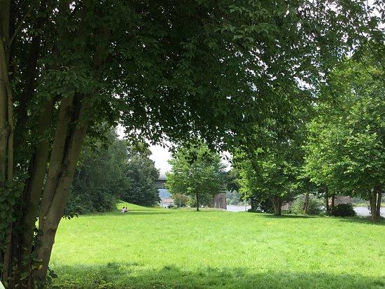 Konz, Germany: Hinter der Brücke ist der eigentliche Campingplatz