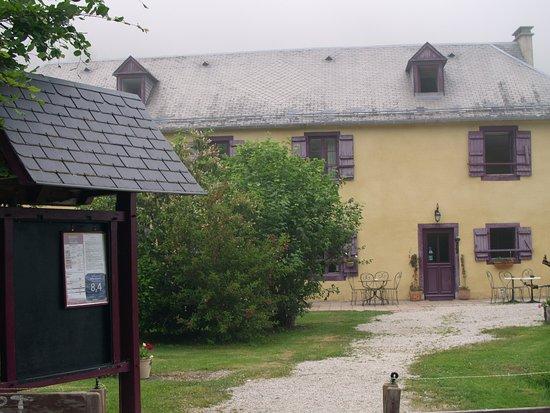 Campan, Frankreich: La façade lorsqu'on arrive