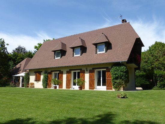 Le Clos Fleuri : The main house, which includes the breakfast room