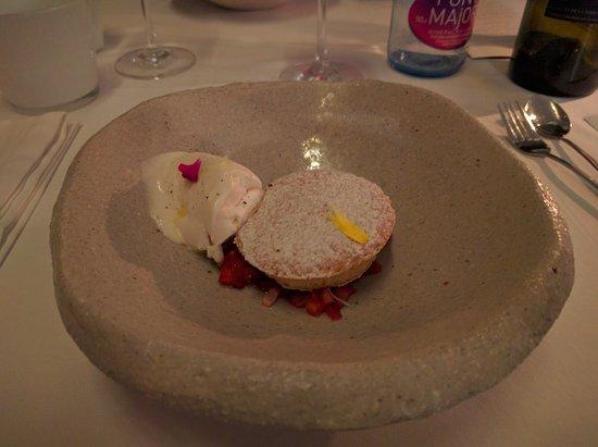 Caimari, España: Lemon ice-cream with sponge cake on strawberries