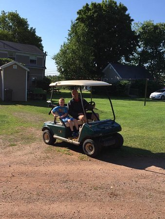 North Rustico Motel Cottages & Inn: Our six year old grandson was impressed that our host offered him a ride!