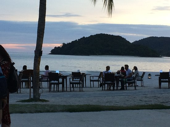 Casa del Mar, Langkawi: Diners having a romantic diner on the beach