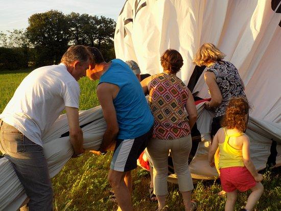 Thure, فرنسا: Pliage et rangement du ballon tous ensemble