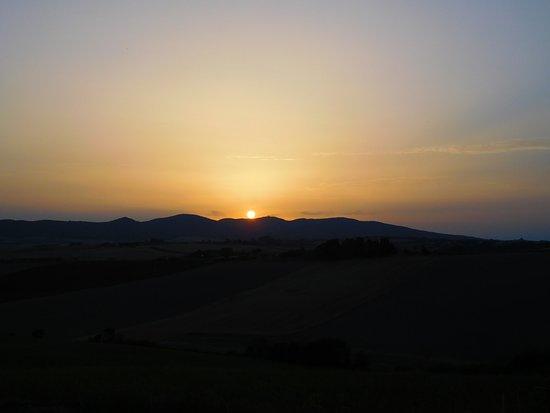 Santa Luce, Italien: Il tramonto visto dal giardino dell'appartamento Mimosa