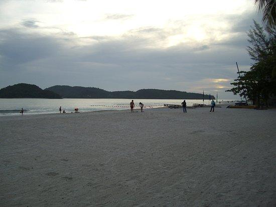 Παντάι Τσενάνγκ, Μαλαισία: Top end of the beach near the two main hotels