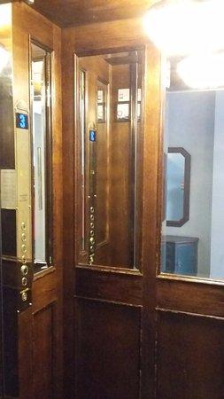 Scandic Gamla Stan: 1 kleine lift. 2 personen en 2 koffers kan hij niet aan.