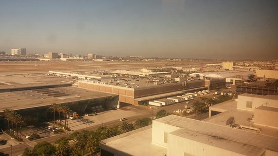 Hilton Los Angeles Airport: Breakfast view from the lounge