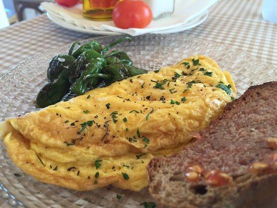 Ferreries, İspanya: Desayuno, tortilla francesa con pimientos del huerto..