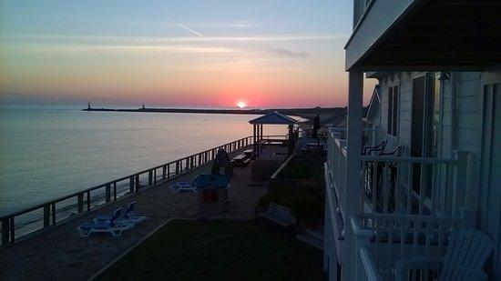 Montauk Soundview Resort Hotel: sunrise over the Harbor entrance