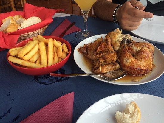 Areatza, Spain: Comida de pollo asado, ensaladilla rusa y patatas