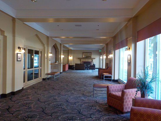 Greeley, CO: Breezeway between lobby and restaurant