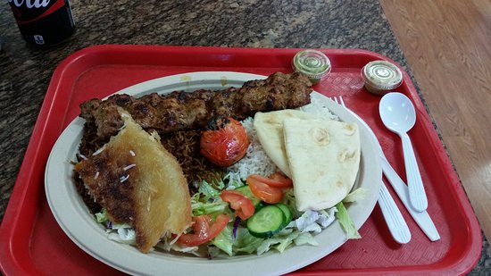 Tustin, Kalifornien: Koobideh Kabob plate/platter. Absolutely delicious and fresh. Succulent.