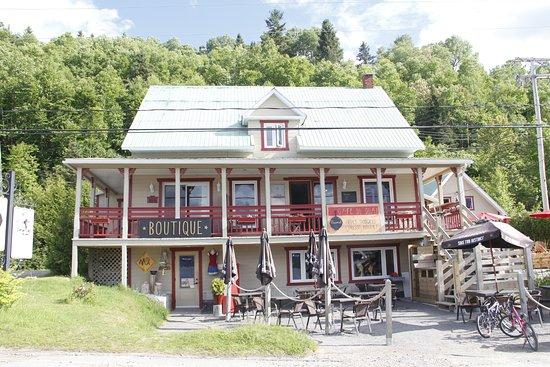 L'Anse-Saint-Jean, แคนาดา: C'est à l'étage, au rez une jolie boutique