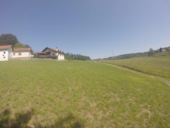 Lipovica, Srbija: Vistas de los terrenos y de los edificios de la granja