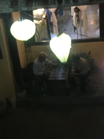 Green Mango Restaurant: テラス席からの眺め。ゲームに興じる人が。
