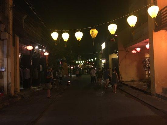 Green Mango Restaurant: こんな街の中にレストランはあります