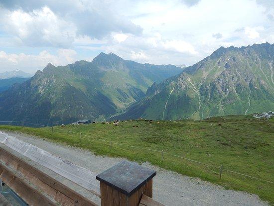 Gargellen, Autriche : vue sur la vallée depuis la terrasse