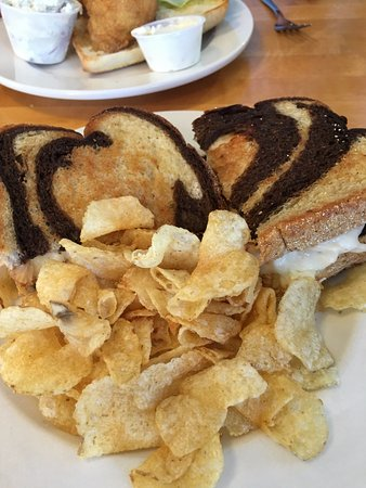 House Of Flavors: turkey reuben with chips