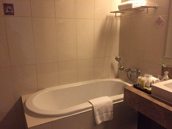 Acacia Hotel Manila: Full size tub