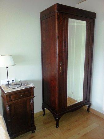 Rois, Spania: Mobiliario del dormitorio, en perfecta armonía con la casa.
