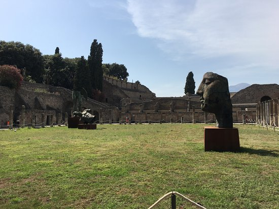 Torre Annunziata, Italia: Entering the grounds in the Pompei ruins, that Sculpture is not part of the ruins, but an Art ex