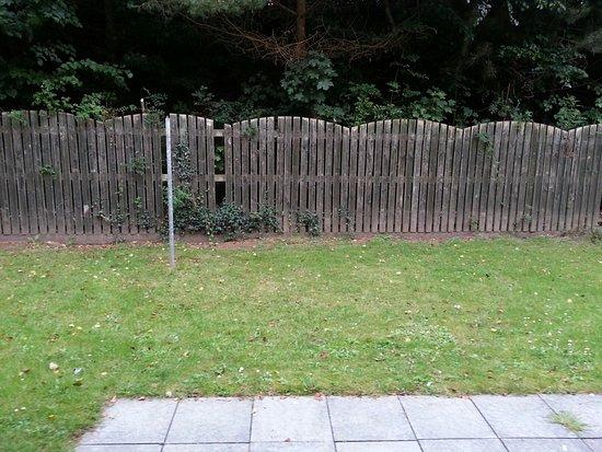 Таллой, Ирландия: Definitely Not 4 Star! Empty fridge door! Dirty curtains.  No table/clothes-line!!
