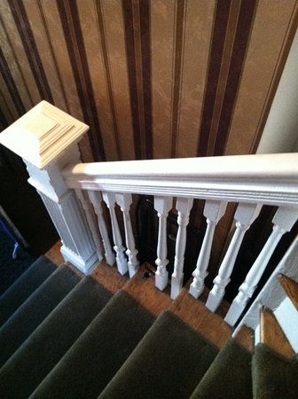 Coolidge Corner Guest House: Stairway Rail Broken ... This Seems To Be The