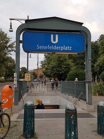 Station de métro juste en face de la Brasserie