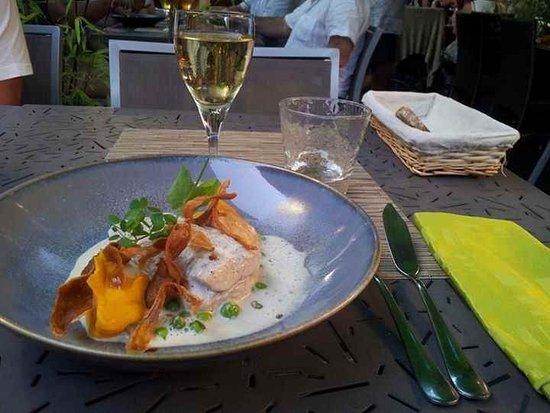 La Chapelle-sur-Erdre, France : dos de poisson (lieu noir) avec crousillant de patate douce et jus à la vanille