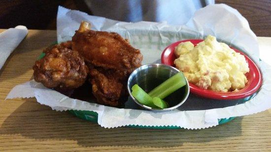 Southern Pines, Carolina del Norte: Wings and Potato Salad