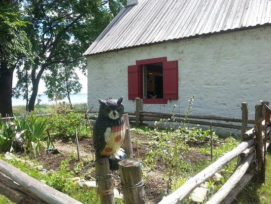 Notre-Dame-de-l'Ile-Perrot, Canada: Jolis jardins et maison du meunier