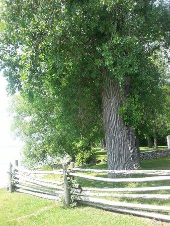 Notre-Dame-de-l'Ile-Perrot, Καναδάς: Jolis jardins et maison du meunier