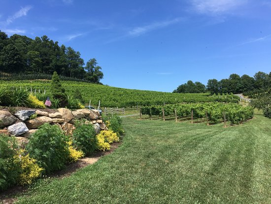 Newland, Северная Каролина: Beautiful Linville Falls Winery on a warm summer day.