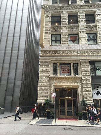 Hampton Majestic Chicago Theatre District: Monroe Street entrance