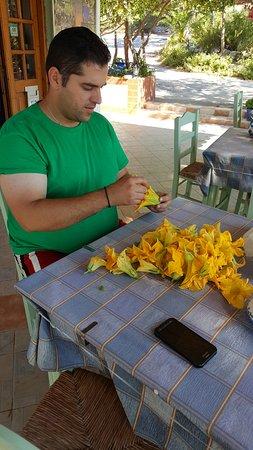 Лимнионас, Греция: Dimitri prepara i fiori di zucca da farcire.