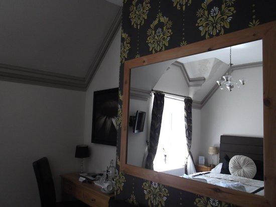 The Clontarf Hotel: Large mirror opposite bed and small desk in Room 1 (Peony)