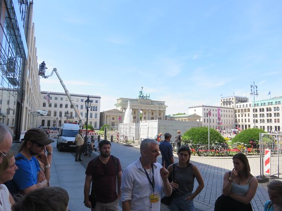 Insider Tour Berlin: Kenny at the Brandenburg Gate telling the final story!
