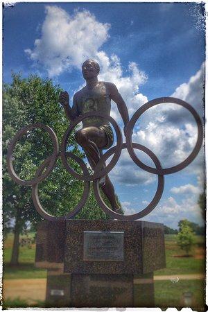 Moulton, ألاباما: Jesse Owens (bronze statue)